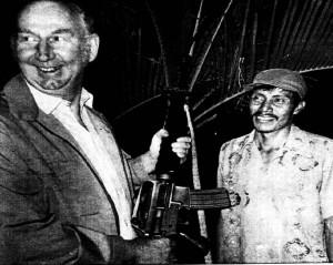 Bilde av Høyres stortingsrepresentant Harald U. Lied med maskingevær i Latin-Amerika