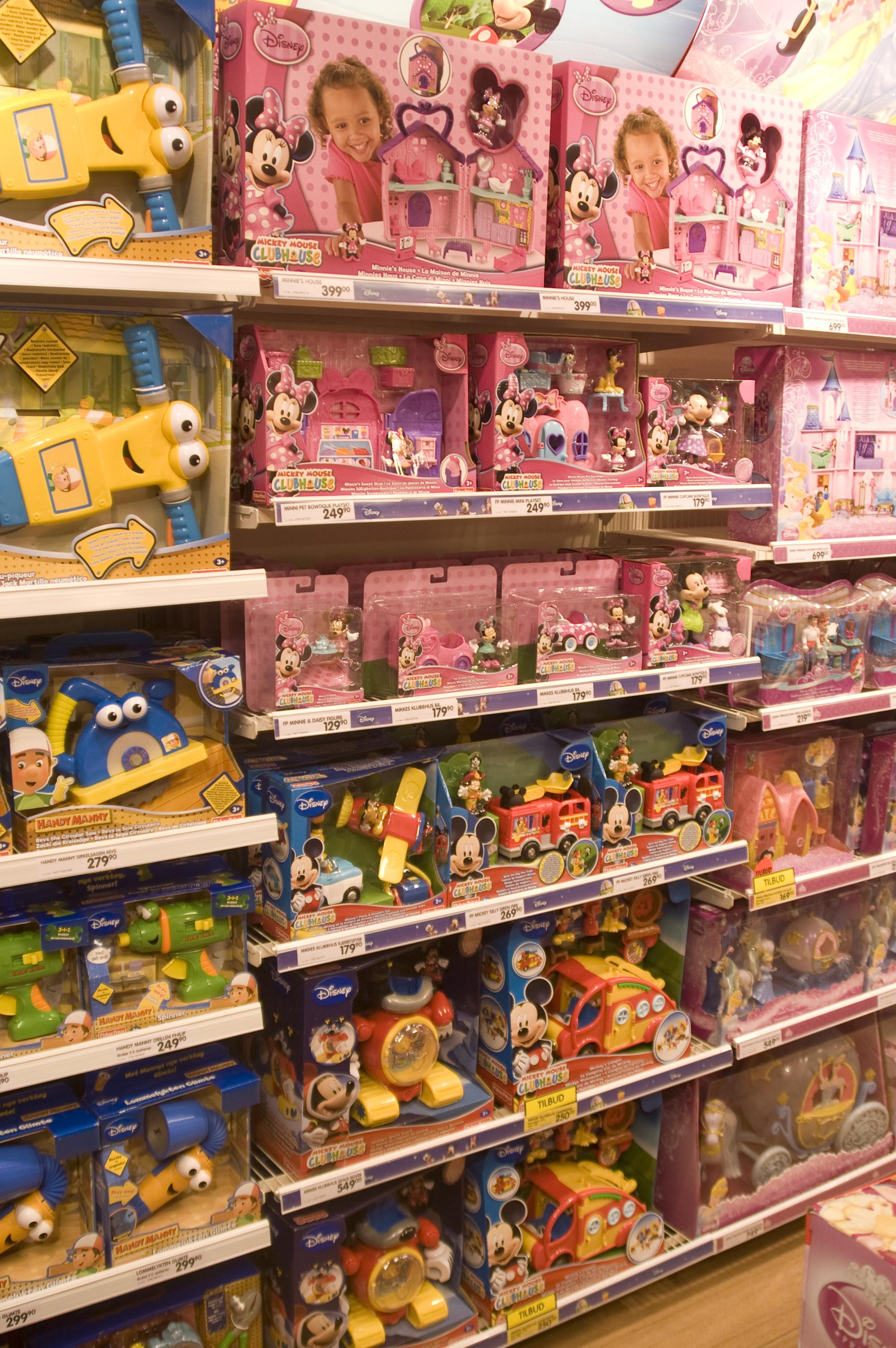 Det går et tydelig skille på tvers i hylla mellom leker med blå og rosa emballasje, henholdsvis brannbiler, heisekraner og mer huslig orienterte sysler.