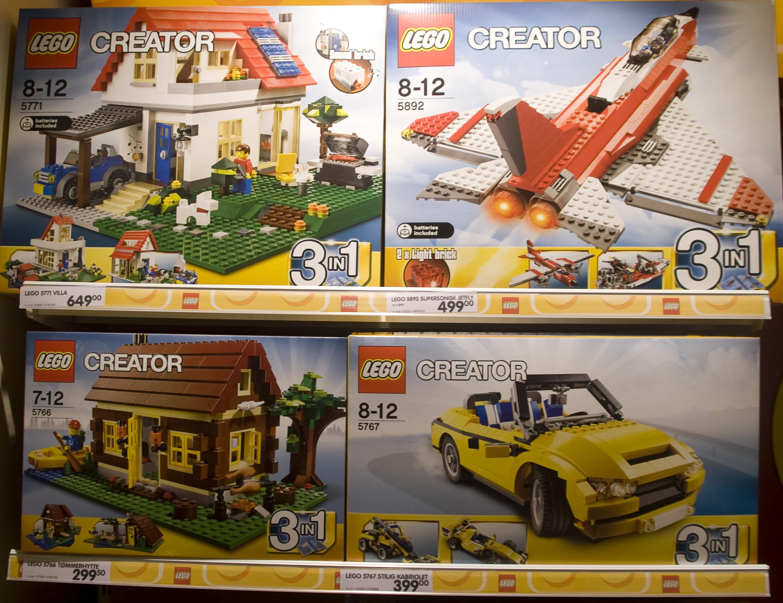Legomodeller av to hus, et fly og en bil uten sterke kjønnssignaler.
