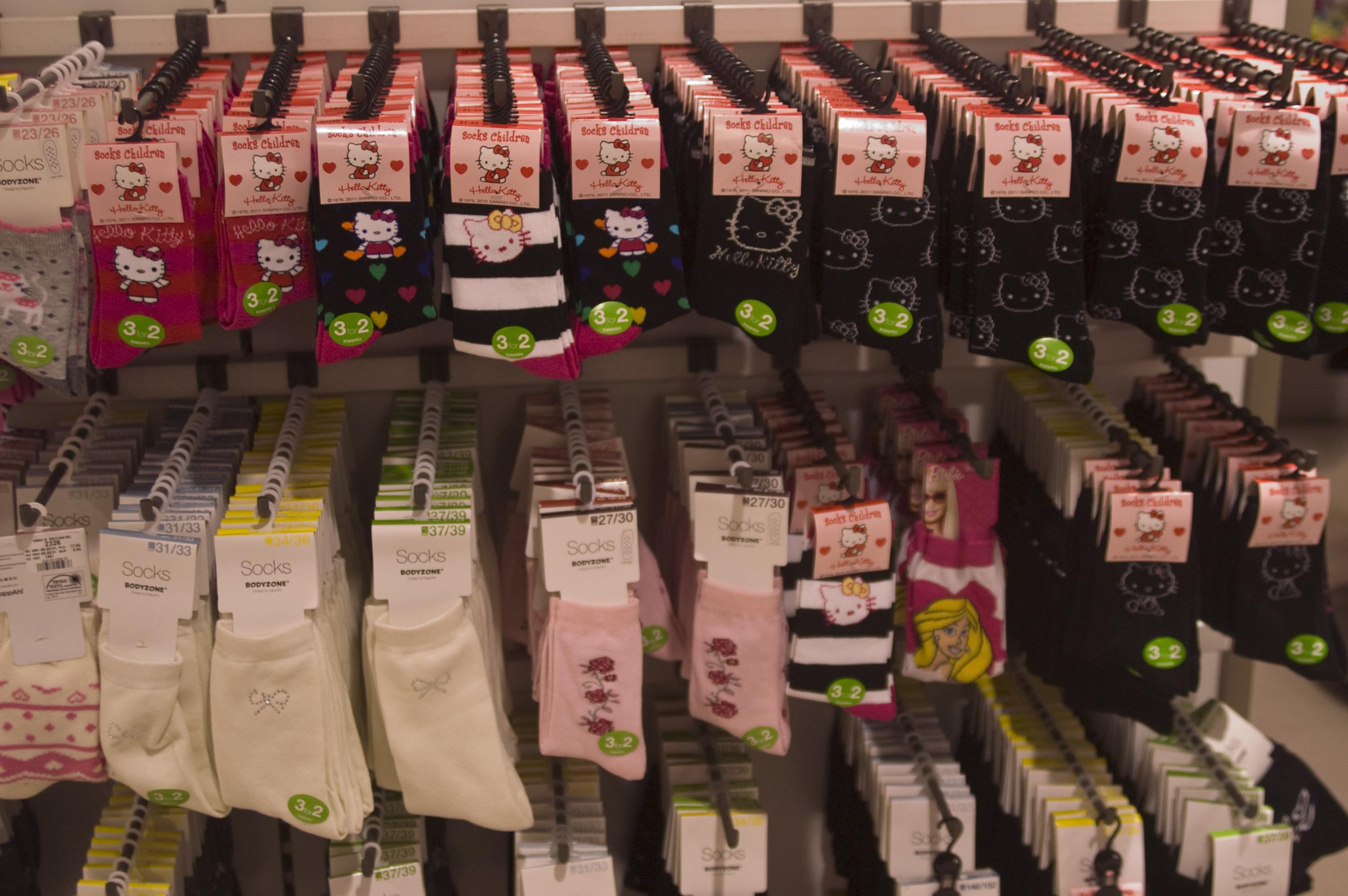 Jentesokkene er rosa, har Hello Kitty-motiver eller glitter.