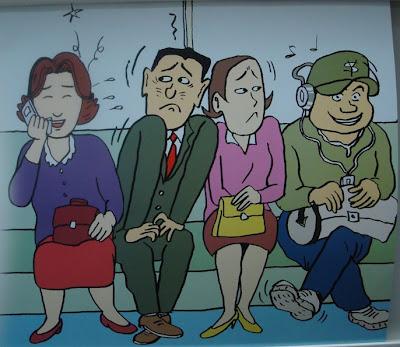Bilde av dame som prater i mobiltelefon og fyr med boomblaster som irriterer andre reisende.