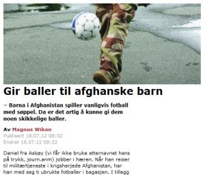 Bilde av soldat med fotball. Overskrift og ingress som beskriver hvordan en anonym soldat tar med fotballer til fattige afghanske barn.