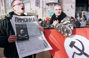 Nasjonalbolsjeviker i demonstrasjon. Merk tydelig nazi-inspirert flagg. Foto: Mikhail Evstafiev. Lisens: CC-SA 2.5 generisk. Via Wikimedia Commons.