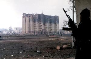 Presidentpalasset i Tsetsjenia 1995. Foto: Mikhail Evstafiev. Lisens: CC-BY-SA 3.0 via Wikimedia Commons.