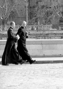 Bilde av to prester som går