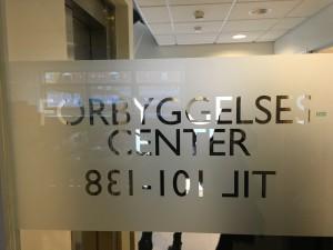 """Bilde av pen glassplakat med teksten """"forbyggelsecenter"""""""