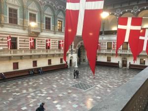 Bilde av rådhussalen i København